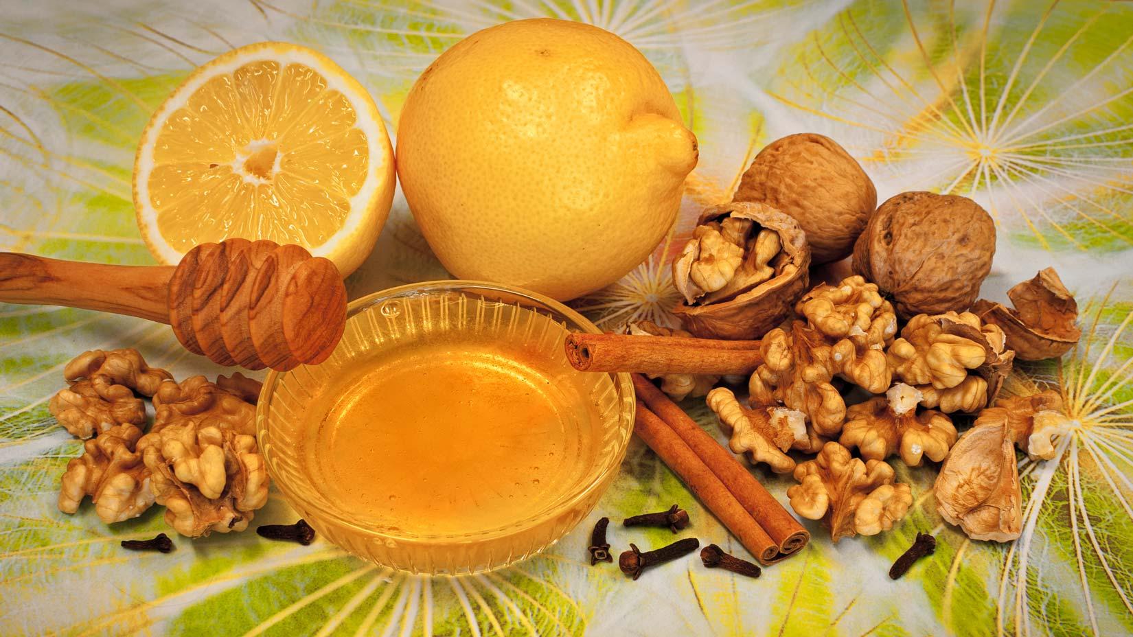 Základ baklavy tvoří samé dobré a zdraví prospěšné suroviny - ořechy, med, citrón