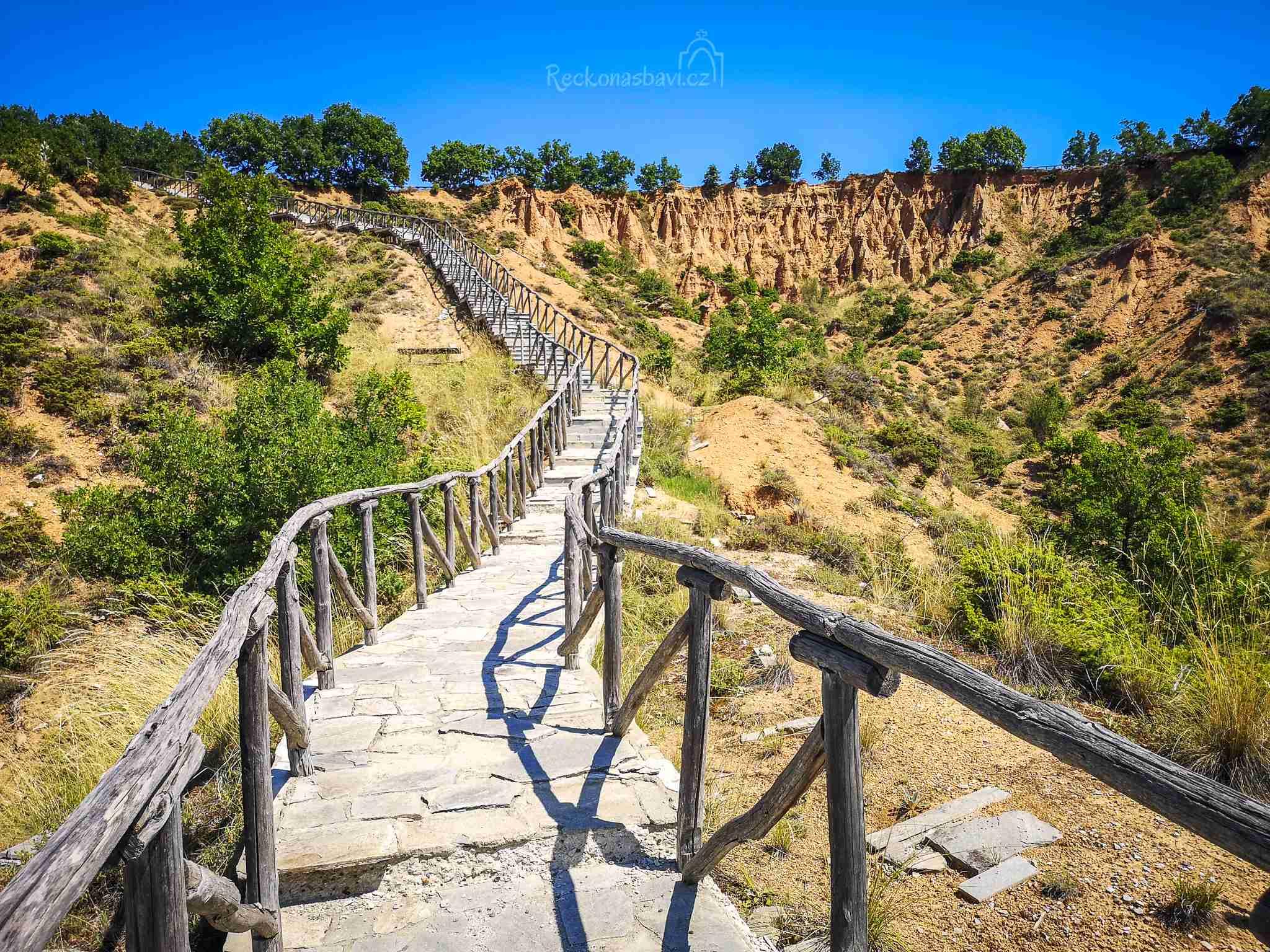 Turistický kamenem dlážděný chodník, který byl vybudován z dotací EU začíná pomalu chátrat