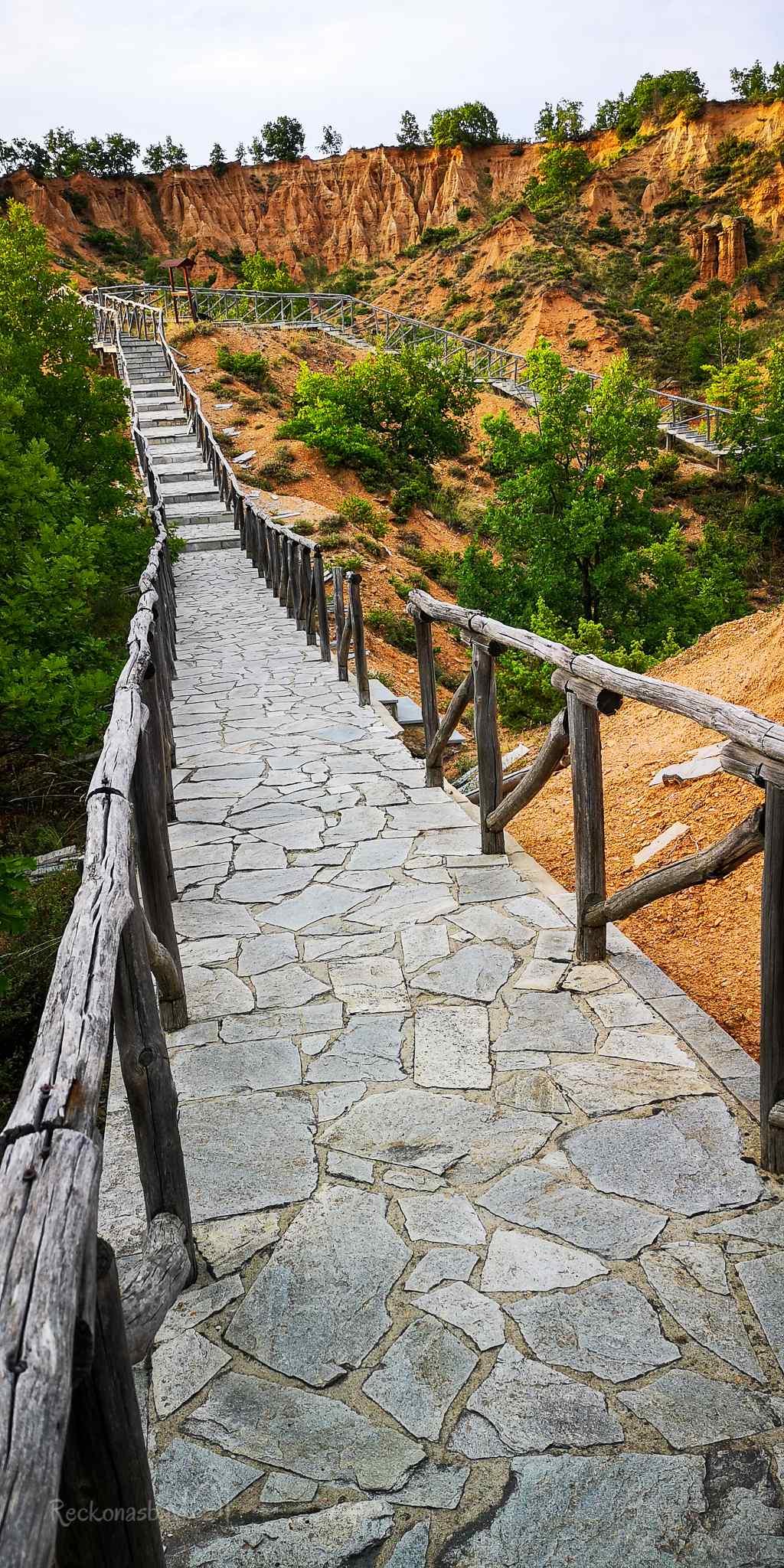 Neznalost geologického významu udržela místo Mpouchária mimo zájem veřejnosti až do roku 2004, kdy Řecko obletěly první obrázky této neuvěřitelné krajiny v televizní stanici (West Channel).