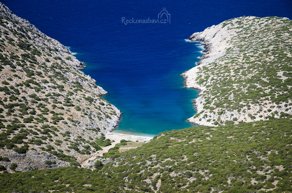 ...cestou k Messa Vathy se nabízí několiv výhledů... pod námi je Zafeiri Bay. Kdyby byl den navíc, slezeme to dolů :) ...