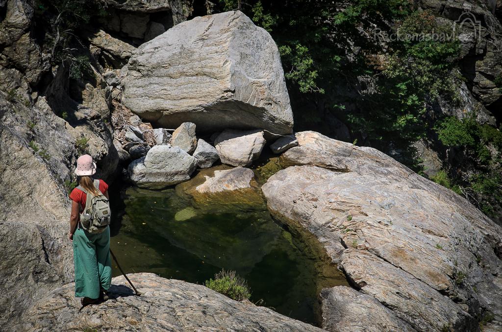 Xenia kontroluje stav vody v prvním bazénku