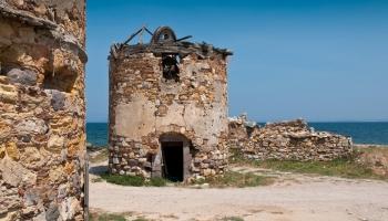 Cestou od Staré pevnosti podél pobřeží trefíte na tuto nekašírovanou nádheru a máte tak příležitost nahlédnout do jejich interiéru, tedy do jejich zbytku...