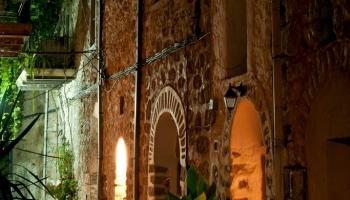 Procházka ztichlými uličkami noční Mesty je opravdovým zážitkem, pevnost není muzejním objektem, je plná života, radosti i žalu... mimochodem, v každém obchůdku vám natankují do petky skvělou soumu, domácí pálenku z fíků