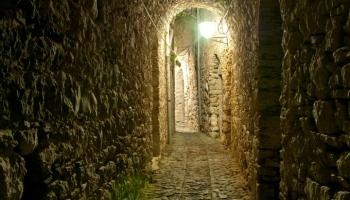 Chvílemi ztrácíte pojem o místě i času, občas se kolem vás převalí chumel povykujících dětí (které vás jen tak mimoděk pozdraví), domorodci trpělivě a s úsměvem počkají, než si zvěčníte jejich nádherný domov... Chios vás miluje