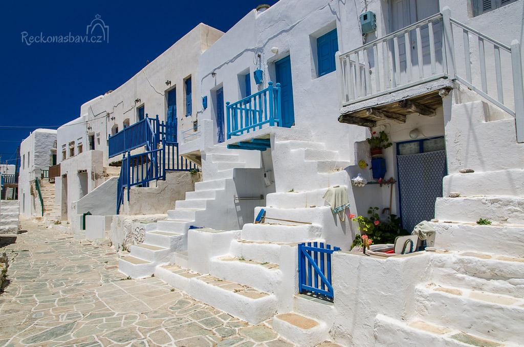 zářící domky, bílé schodiště a barevné balkóny - toulání Kastrem si rádi zopakujete