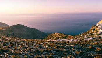 není nad to, najít si své místo! Vyjeli jsme na Aghios Eleftherios odkud se nám naskytne výhled přes Choru až na ostrov Sikinos