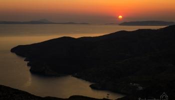 Stačí popojít o pár metrů nahoru a můžete sledovat zátoku Angali na opačné straně hory a poslední paprsky slunce nad ostrovem Milos.