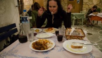 večeře v taverně To Spitiko. Zdenda si dává Matsata s králíkem a Peťula verzi pro vegetariány :)