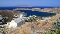 Pohled od kostela Panaghia Gremiotissa na přístav Ormos, v dálce se na hladině egejského moře poklidně usadil ostrov Sikinos