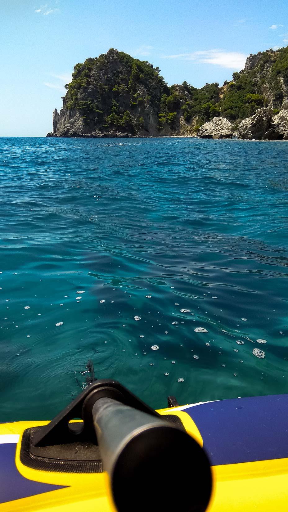 Zkaliska za pláží Antifos. Dále pak leží další nepřístupná pláž Djalí