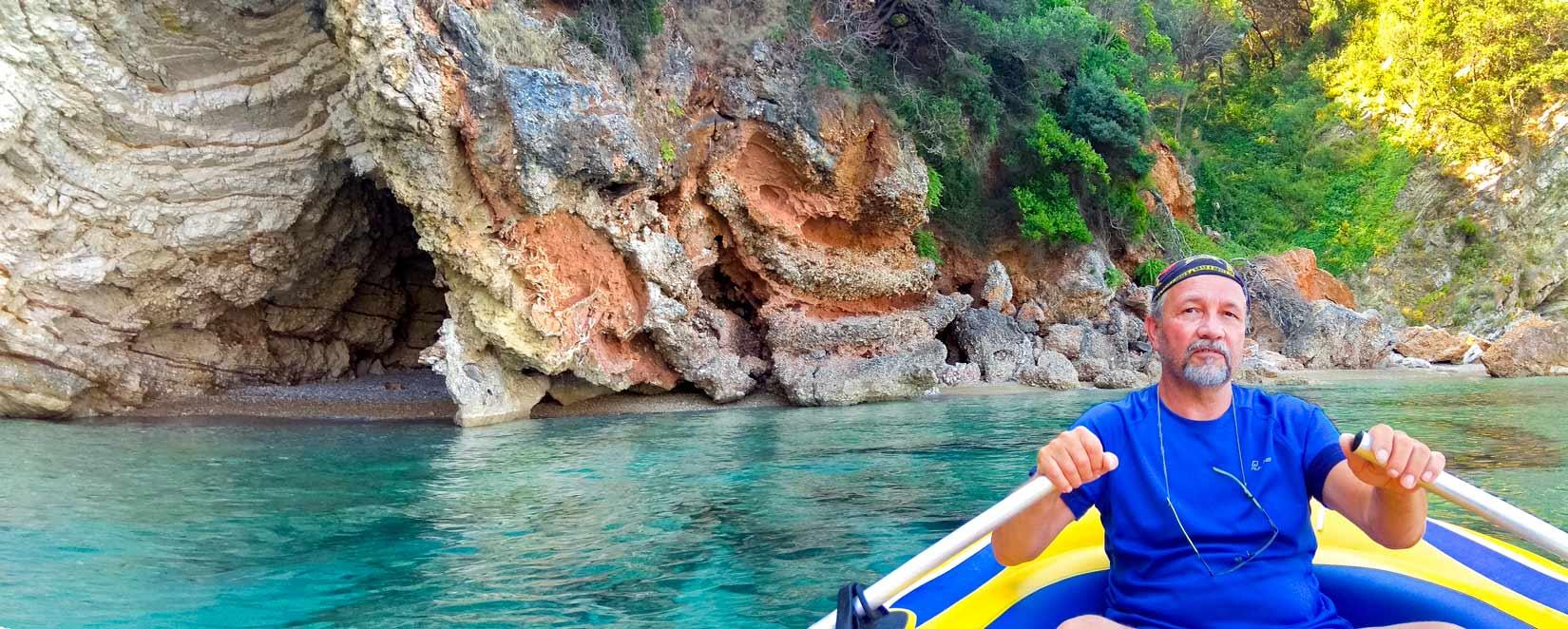 Malá jeskyně kousek za pláží Glyko, pár desítek metrů před pláží Rovinia