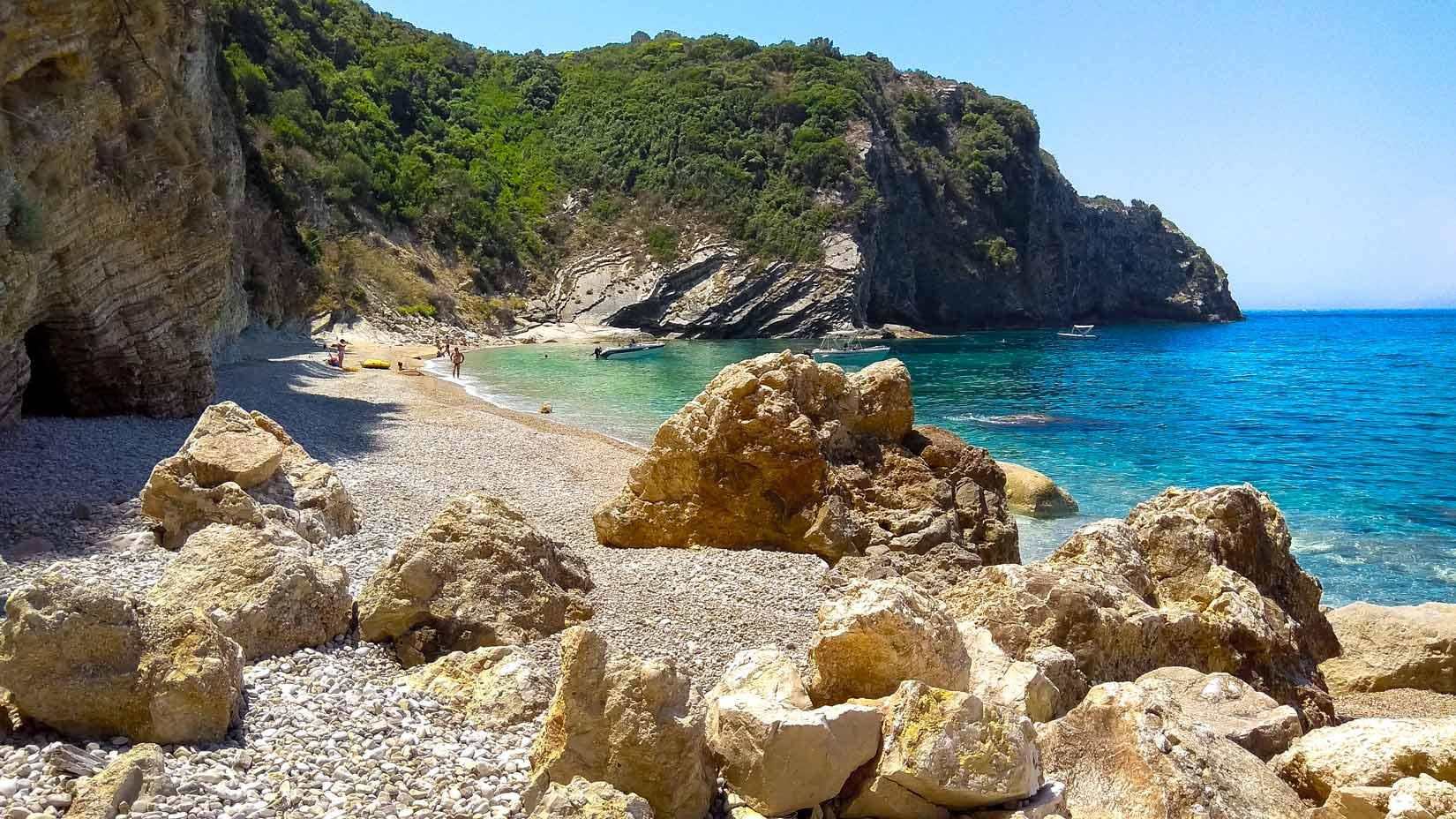 Na přírodní pláži Kolias můžete strávit krásný den