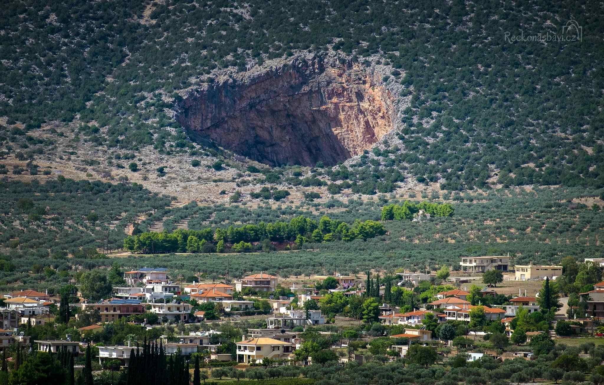 Didyma caves - obří krátery nedaleko Epidaurus