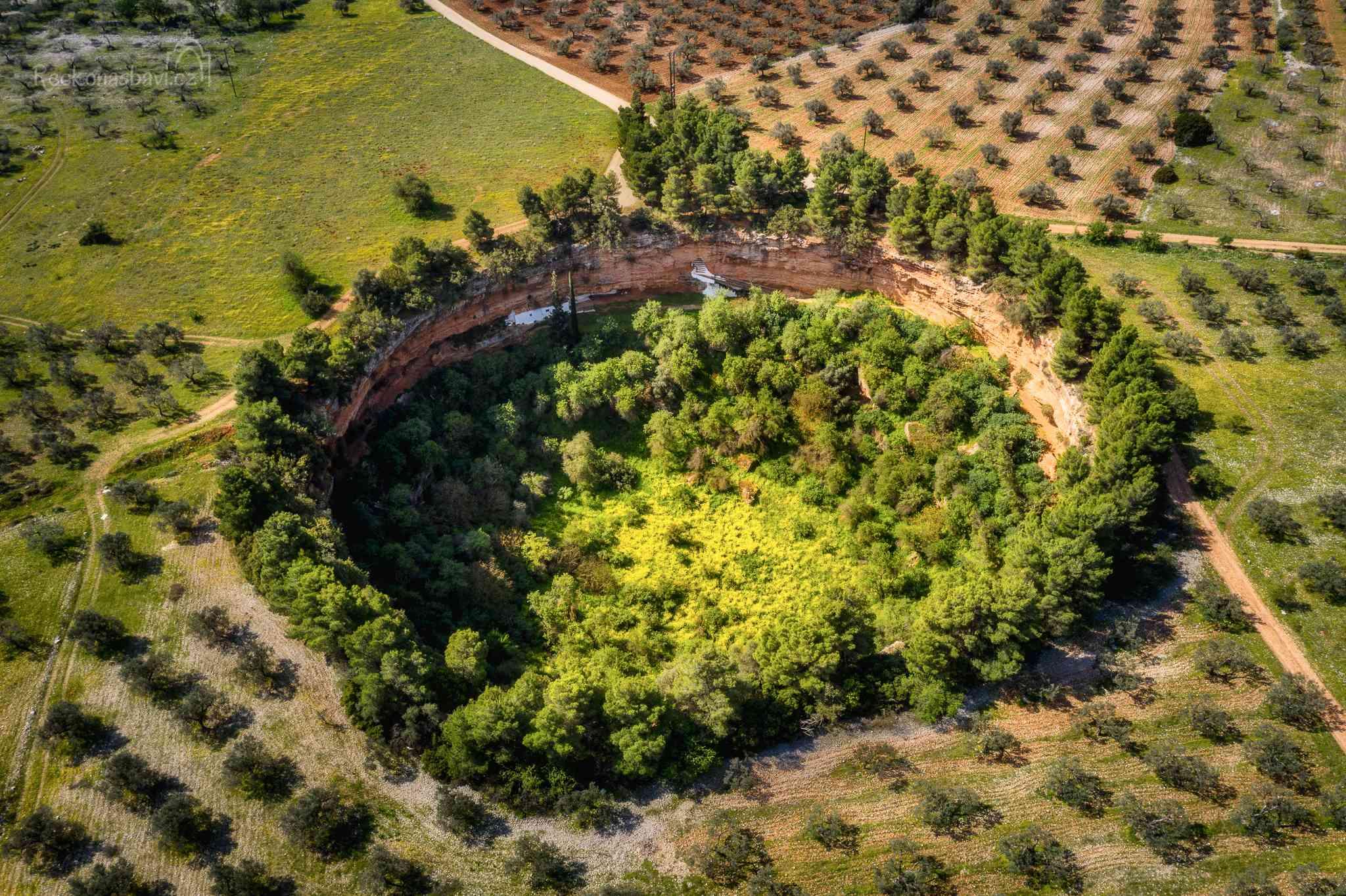 První jeskyně Didyma skrývá nečekané překvapení - malý byzantský kostel Agios Georgios postavený pod stěnou kráteru.