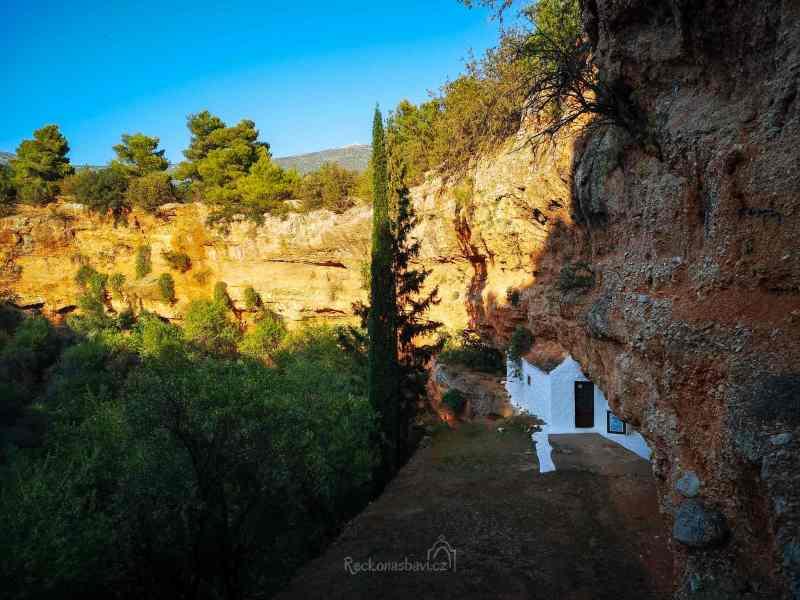 Uvnitř malé jeskyně (malého závrtu) jsou ve stěnách ukryty dvě malé byzantské kaple.
