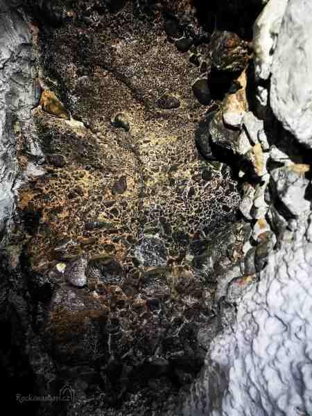 Nejvíc mě tady v tom naprostém klidu fascinovalo úžasné propojení kaple se stropem jeskyně.