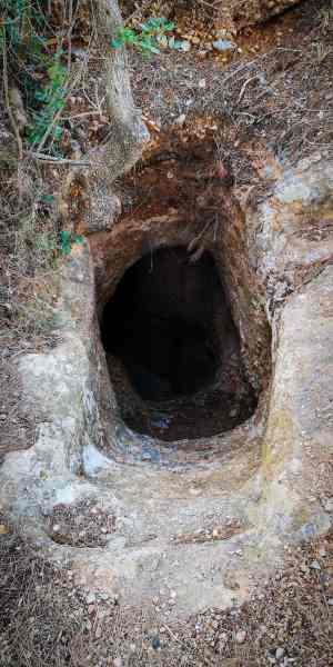 sem nevstupujte, je to komín nebo staré schodiště, kde je pěkná díra a pád by mohl bolet!