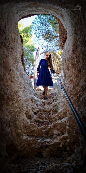 Abyste malou jeskyni mohli navštívit, musíte sejít po schodech krátkým neosvětleným tunelem. je to úžasný zážitek!