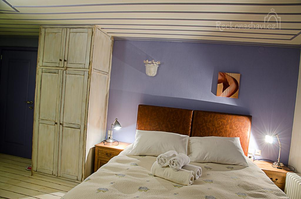 široká postel (bastia) v našem pokoji č.9 Peťule má velice často problém s tvrdou řeckou matrací, ale tady spala jako zabitá :)