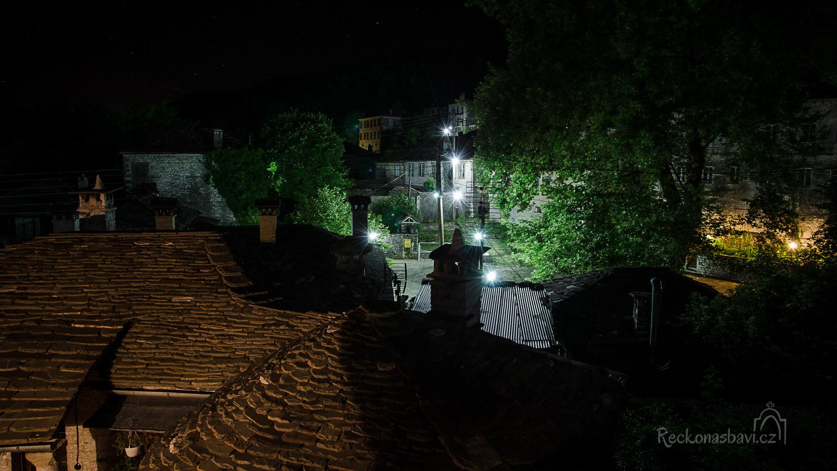 výhled z našeho balkonku směrem k náměstí Mesochori
