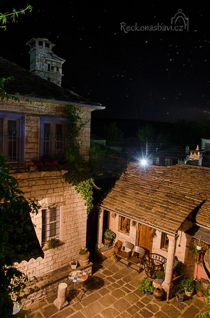 výhled z balkonku na nádvoří, kde si večer můžete posedět pod hvězdami...