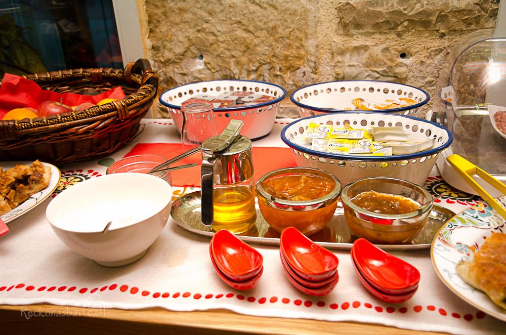 nejlepší byly domácí marmelády (pomerančová, fíková) a samozřejmě koláče (sladké i slané)...