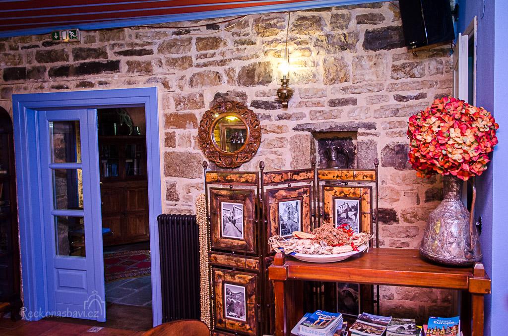 úžasné dekorace, spousta knížek o Řecku a kraji Zagorochoria...