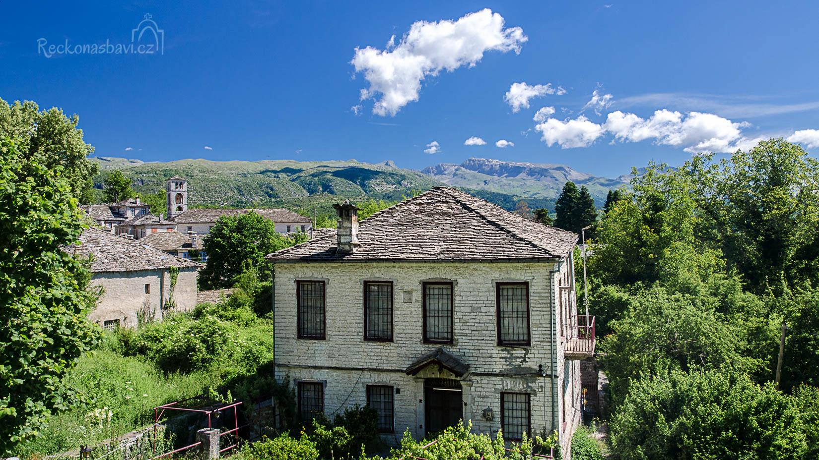 Dilofo leží na dvou kopcích v 880 m n.m. Při pohledu z vesnice uvidíte na obzoru začátek kaňonu Vikos i pohoří Tymfi se zbytky sněhu...