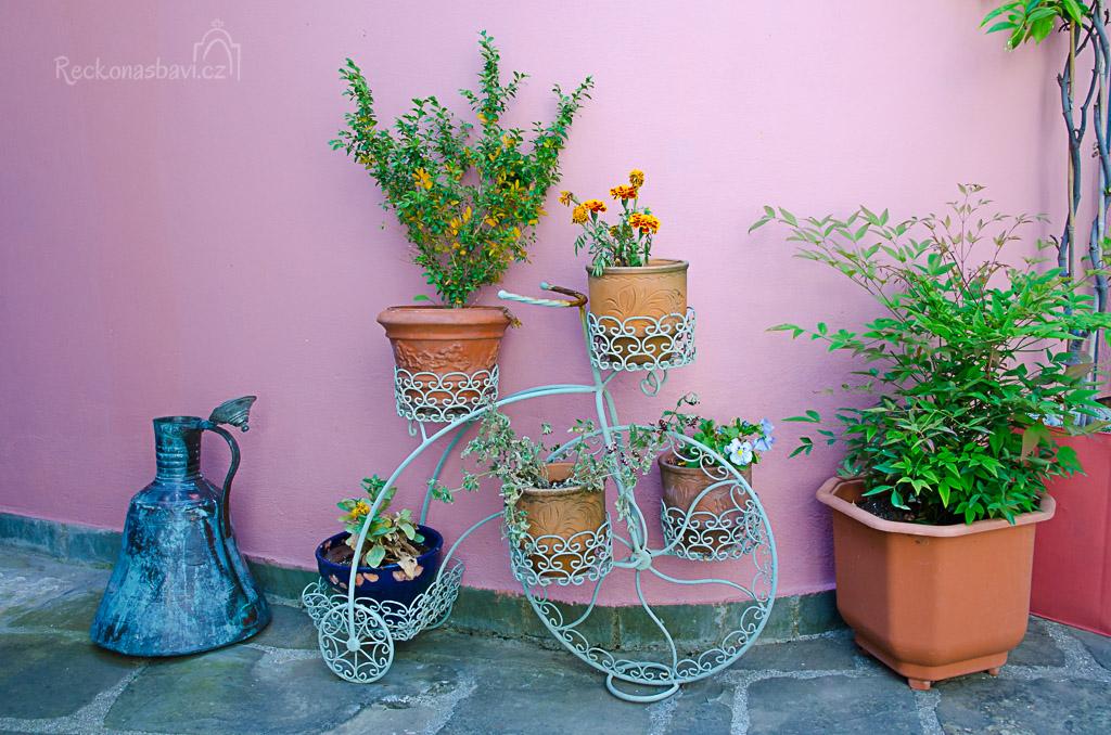 k Řecku patří květiny a hlavně stojany v podobě kol...
