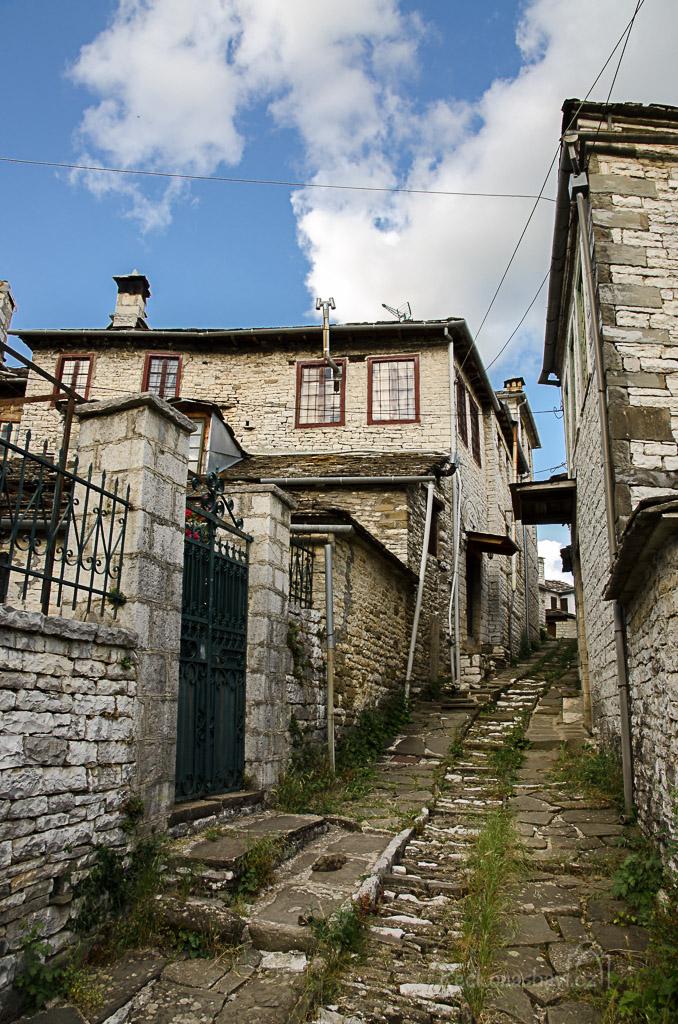 z náměstí Mesochori se vydejte uličkou po levé straně a dojdete až za kostelní věž...