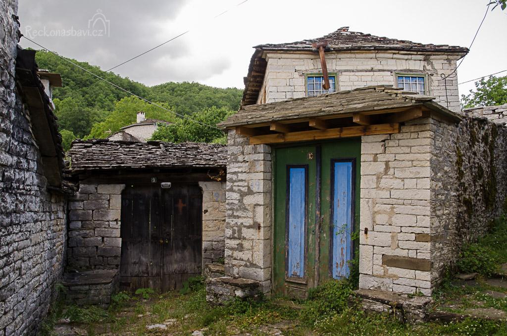 nejchudčí část Dilofa nacházíme za kostelem v uličcce vedoucí na sever...