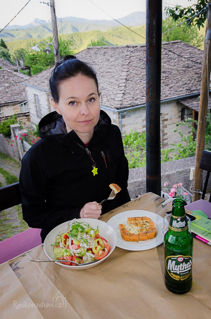 večeři si užíváme v taverně Lithos. Sýr Saganaki, salát Choriatiki a samozřejmě nesmí chybět Mythos...