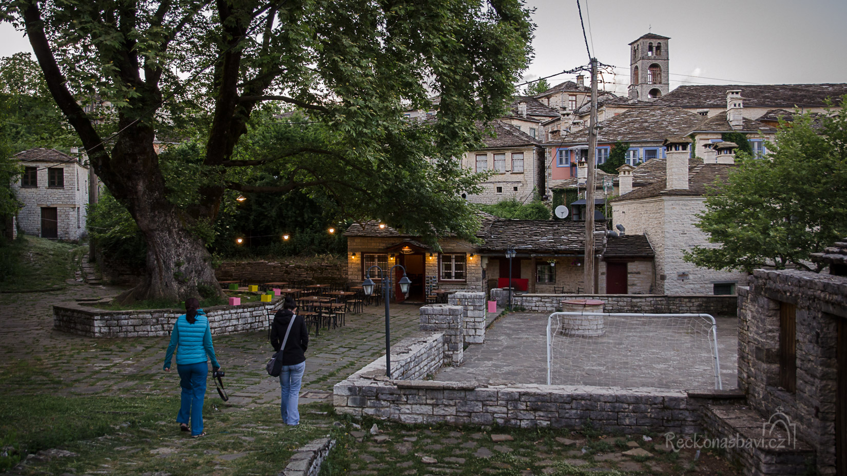s naplněnými bříšky se vracíme přes náměstí Mesochori k Archontiku, kde na nás čeká majitel Giorgos s Dimitrou...Slíbili jsme si, že si dáme panáka na dobrou noc :)