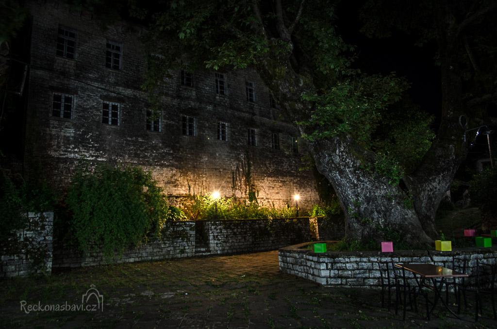 Obecní škola s mřížemi v oknech (Arrenagogeio) působí večer až strašidelně...