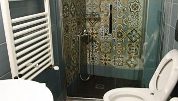 Koupelna s moc krásnými obklady... odtud jsem vám postoval on-line příspěvky na Facebook :)))