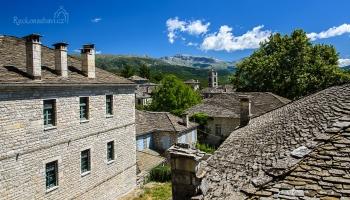 pohled na Dilofo ze stezky vedoucí k vesnici Vitsa a Monodenri...