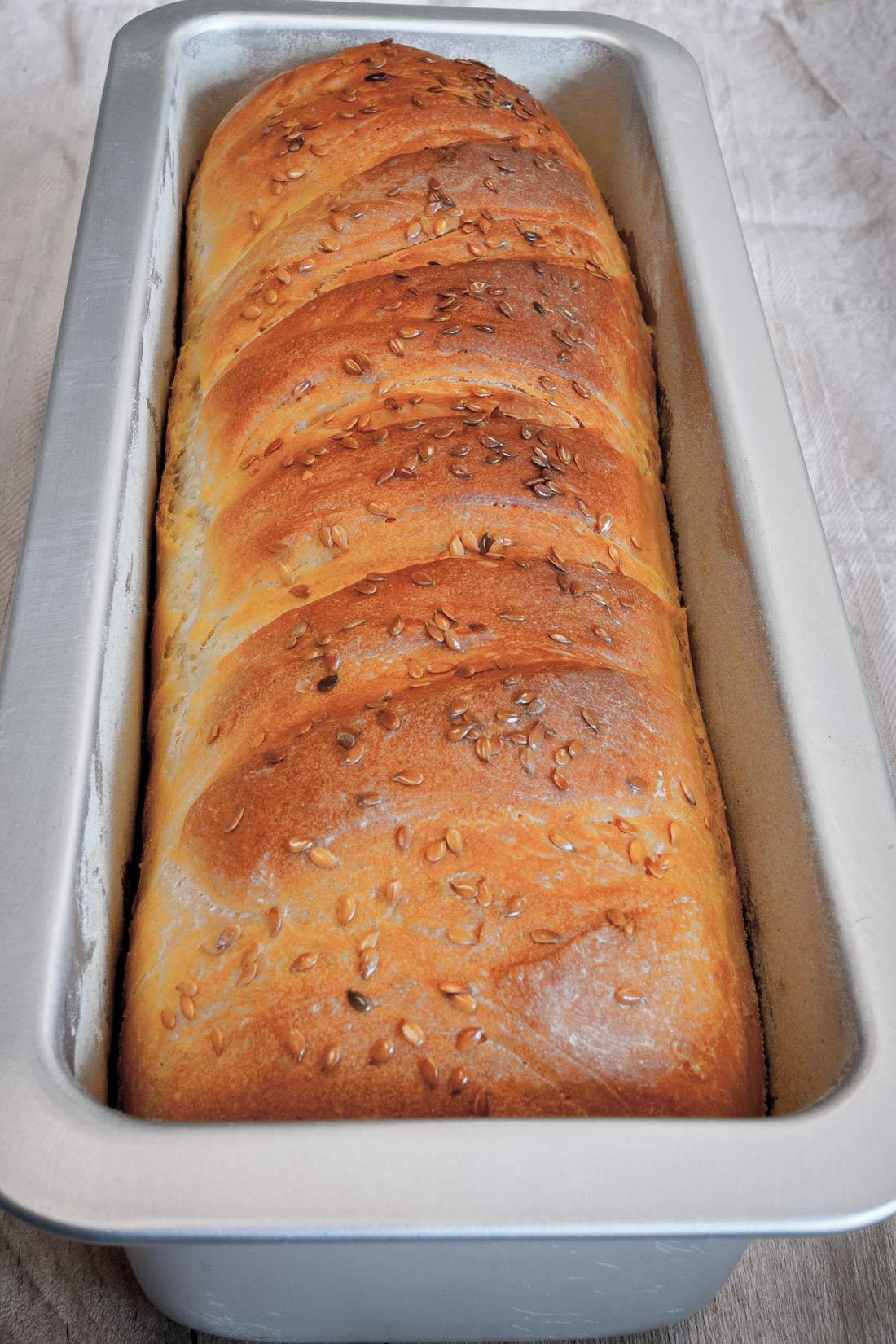 Po půl hodině pečení chléb z trouby vytáhneme a necháme ještě 5 minut dojít ve formě