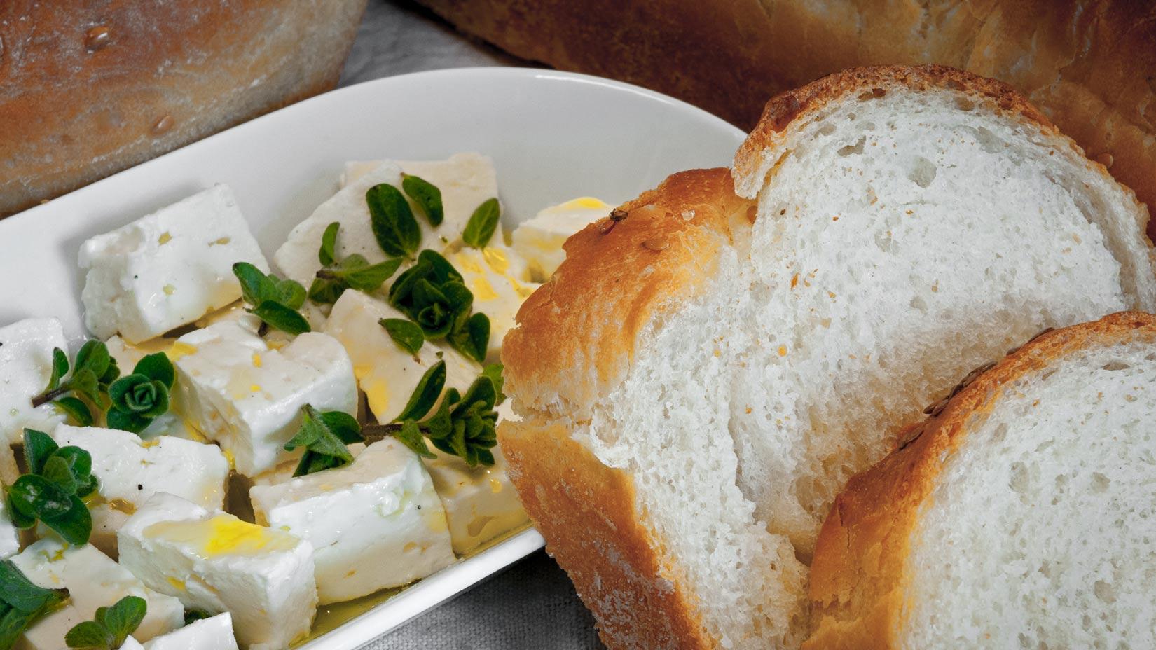 Domácí řecký chléb se hodí jako příloha ke všemu - třeba k fetě s oliváčem a posypané oreganem. Dobrou chuť!
