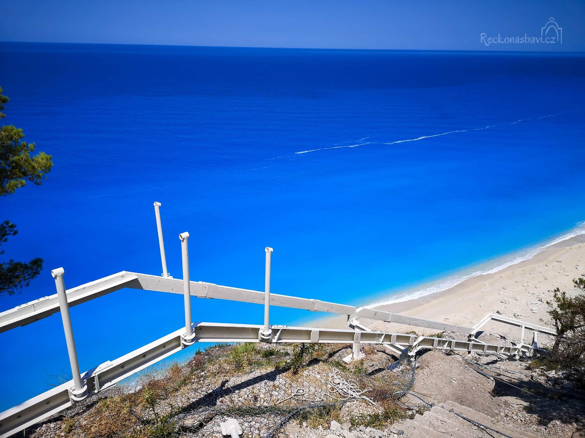 Kovová konstrukce nových schodů, které povedou na pláž Egremni.