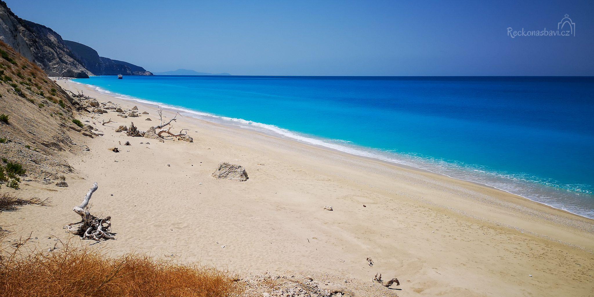 Egremni beach v roce 2020 - na jižní straně pláže lze vidět výletní loď s turisty. Hned jak odpluli, byli jsme tu úplně sami :)