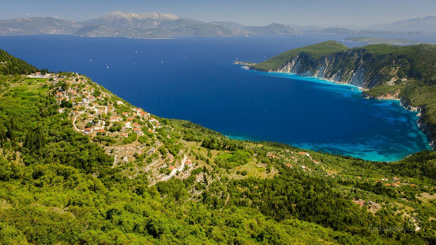 Na úbočí kopce Νήϊο, v nadmořské výšce 340m n.m., leží v severním cípu ostrova Ithaka jedna z nejkrásnějších vesnic: Exogi (řecky: Εξωγή).