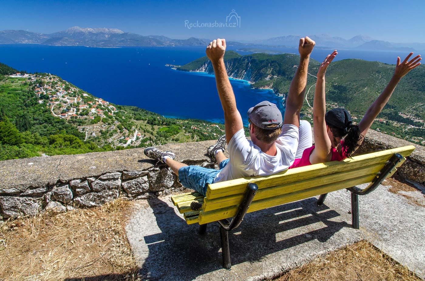 Dejte si na lavičce třeba pusu a udělejte fotku na památku. Nebo dělejte si co chcete, jste tu nyní sami a jste úplně svobodní …