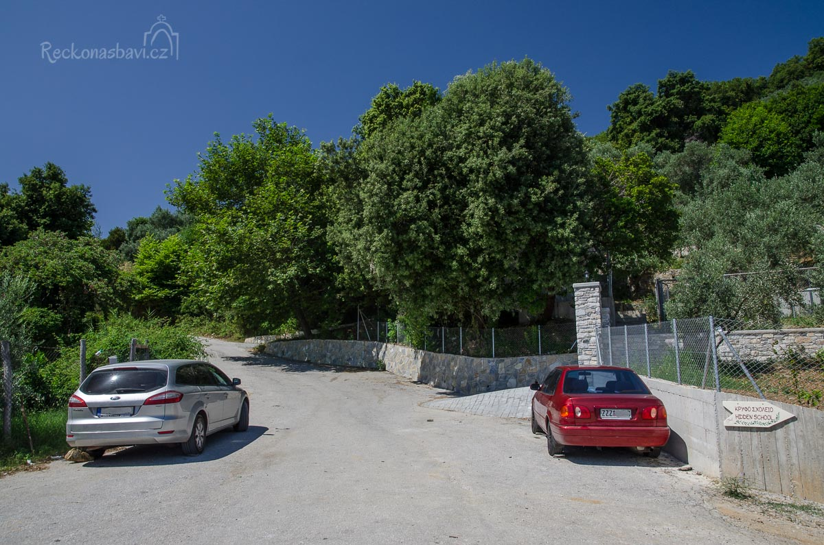 Z parkoviště můžete také následovat nic neříkající cedulku Hidden school (κρυφό σχολειο) a cestičku vedoucí na sever.