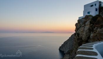 při východu slunce vyrážím nahoru po schodech k Aghia Panaghia...ta malá tečka v moři není flek na fotce, ale rybářská bárka :D