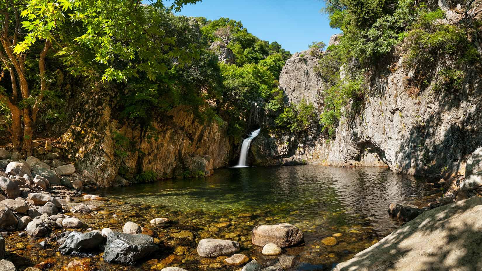 Rajský vodopád Gerania s romantickým jezírkem. Zaplavejte si až k vodopádu!