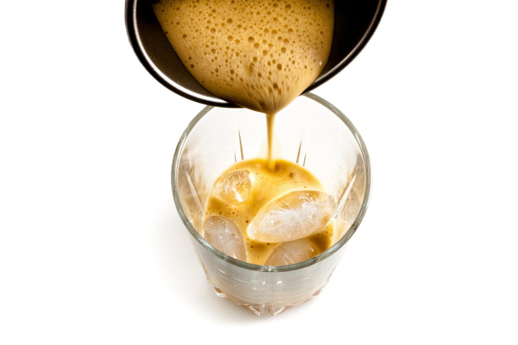 Espresso umixované s kostkami ledu vytvoří bohatou pěnu