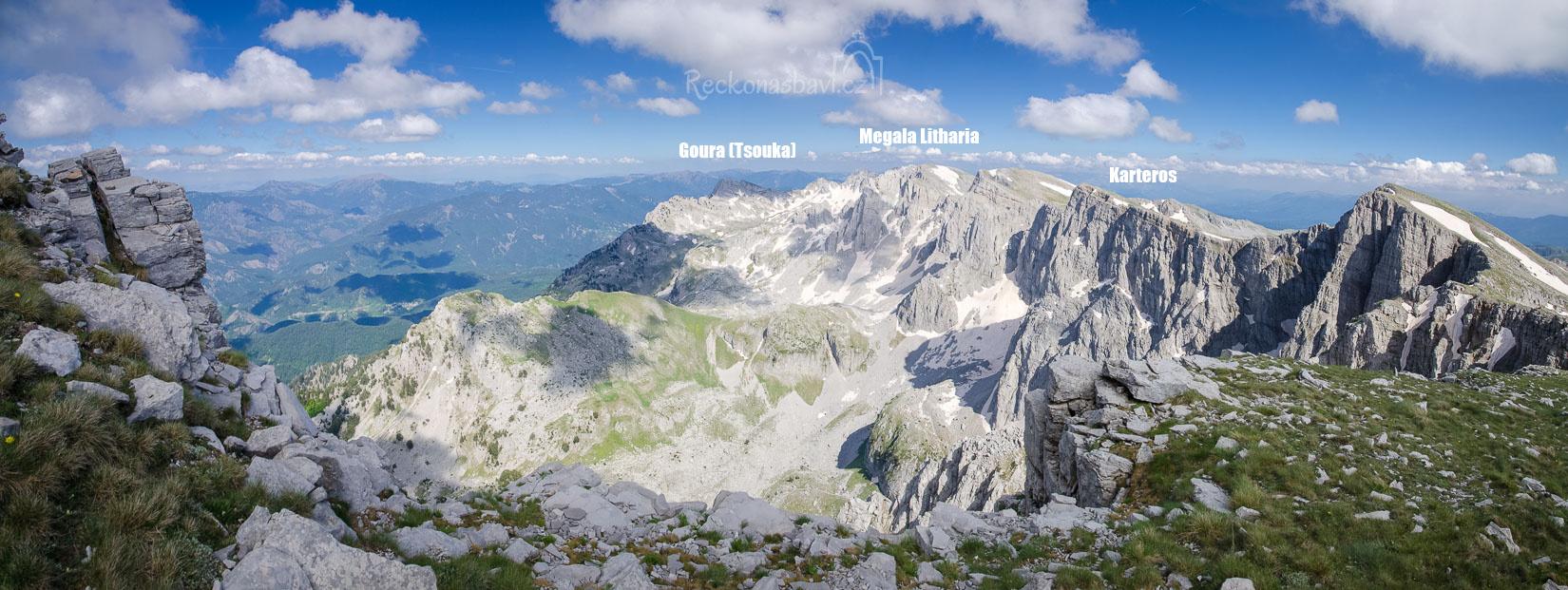 panorama na ještě zasněžené vrcholky Kasteros, Megala Litharia a Goura (Tsouka)