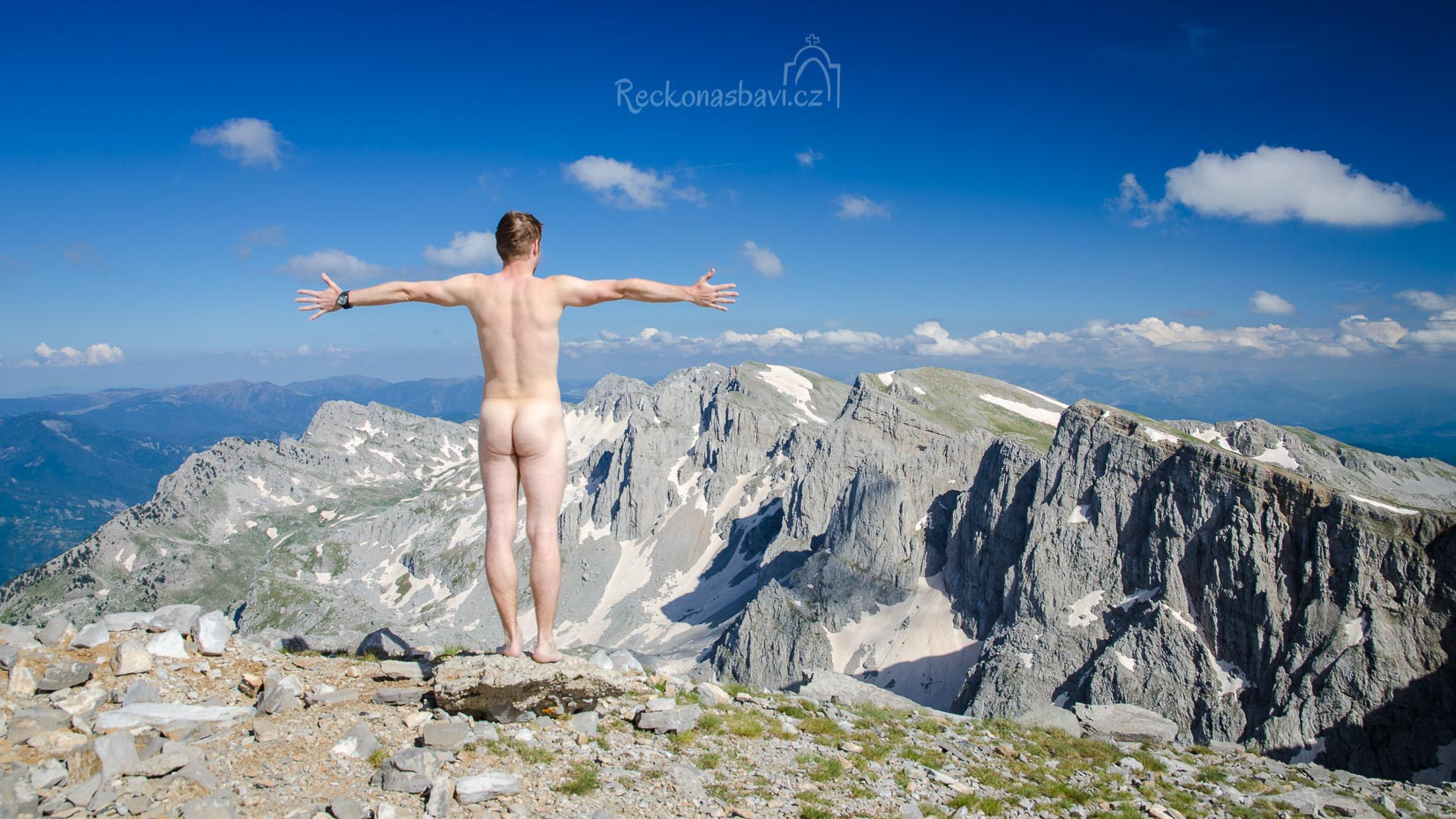 """Na závěr si dopřávám jednu """"nahulatou"""" svého pozadí :) Fotka má demonstrovat jediné. A to že v horách jsme absolutně svobodní a že se můžeme kochat pohledem dolů na svět, tak jak nás Pán Bůh stvořil..."""