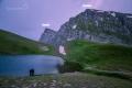 Večer u jezera Drakolimni. Tak tam nahoru zítra vylezeme!