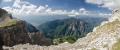 Stoupáme kolmo po okraji desky, abychom našli nějakou první vyhlídku, odkud si vychutnáváme výhled k městu Konitsa a k vrcholům Trapezitsa (nejvyšší má 2024m).